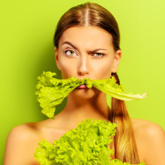 Frau mit Salat für Abnehmen mit natürlichen Lebensmitteln