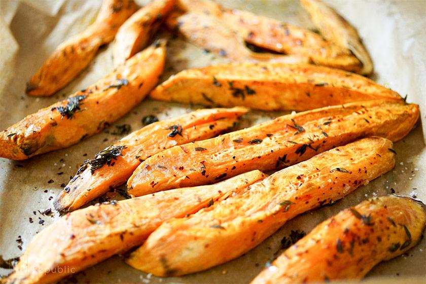 Süßkartoffelecken nach dem Rösten für Geröstete Süßkartoffeln und Kichererbsen mit Hirse und Kräuterjoghurt