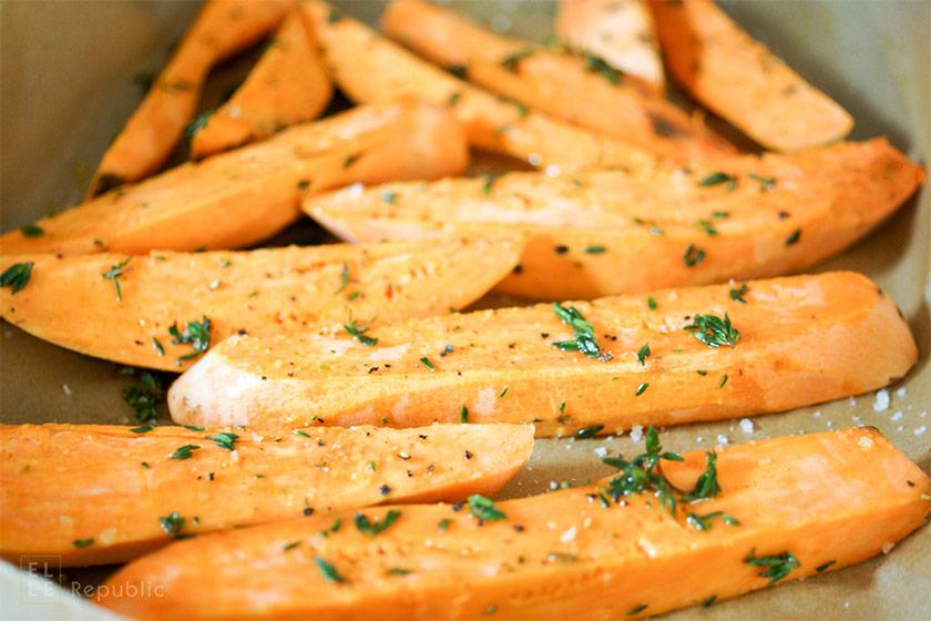 Süßkartoffelecken vor dem Rösten für Geröstete Süßkartoffeln und Kichererbsen mit Hirse und Kräuterjoghurt