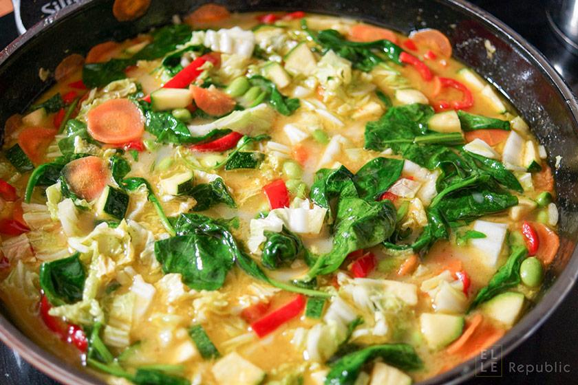 Grünes Thai Curry mit Gemüse, Fischsoße, Kokosöl, Kokosmilch, Jasmin-Reis in der Pfanne