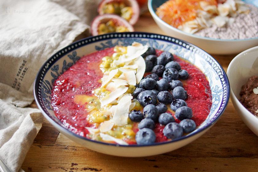 Basic Vanille Chia Pudding mit Himbeeren, Zimt, Bourbon Vanille, Kokosflocken, Passionsfrucht, Blaubeeren
