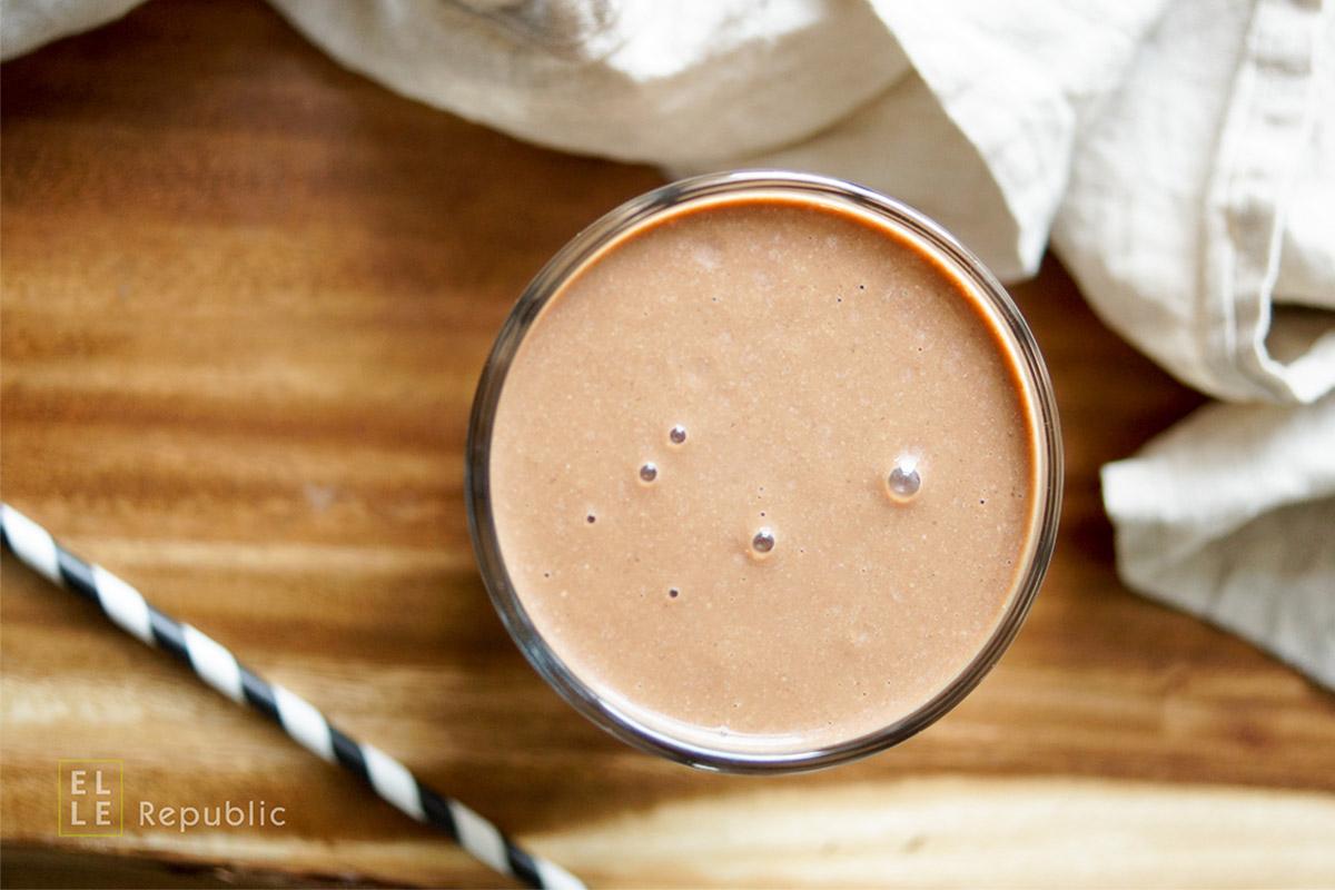 Kakao Bananen Espresso Smoothie mit Kokosnusscreme und Mandelmilch