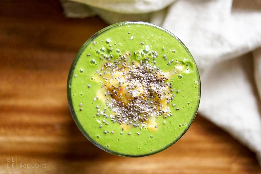 Mango Spinat Smoothie mit Mandelmilch, Passionsfrucht, Chia Samen