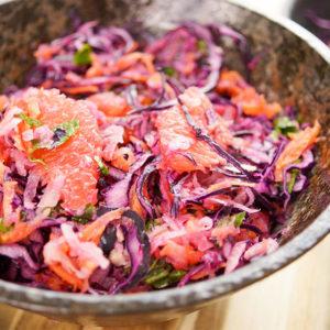 Rotkohlsalat mit Kohlrabi und Grapefruit, Karotte und Minze