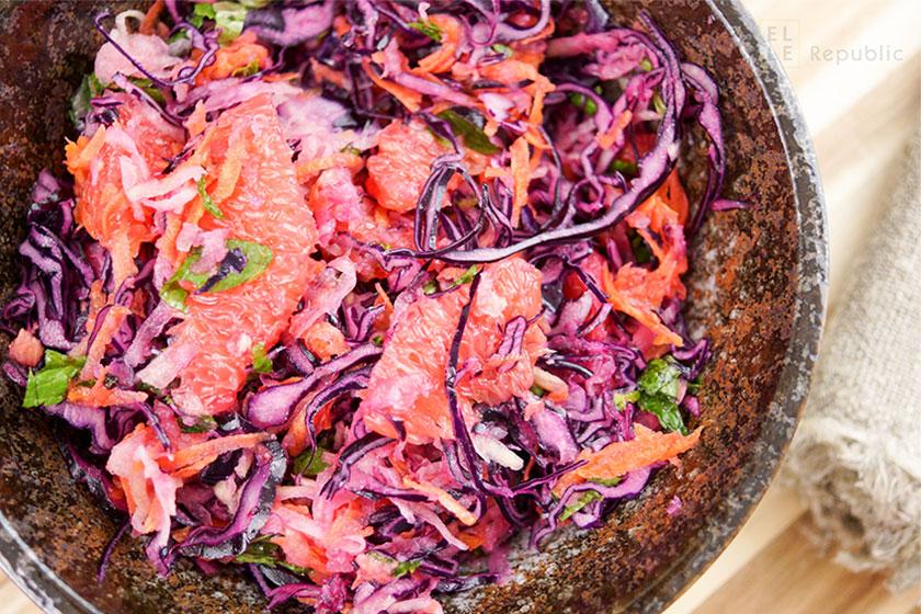 Rotkohlsalat mit Kohlrabi und Grapefruit mit Karotte und Minze