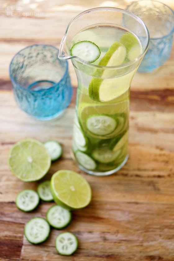 Wasser mit Geschmack, Limetten und Gurken Wasser