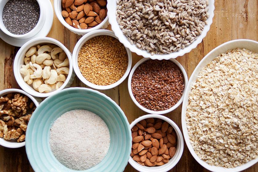 Zutaten für Nussbrot glutenfrei und vegan mit Leinsamen, Aprikosenkerne, Sonnenblumenkerne, Flohsamenschalen