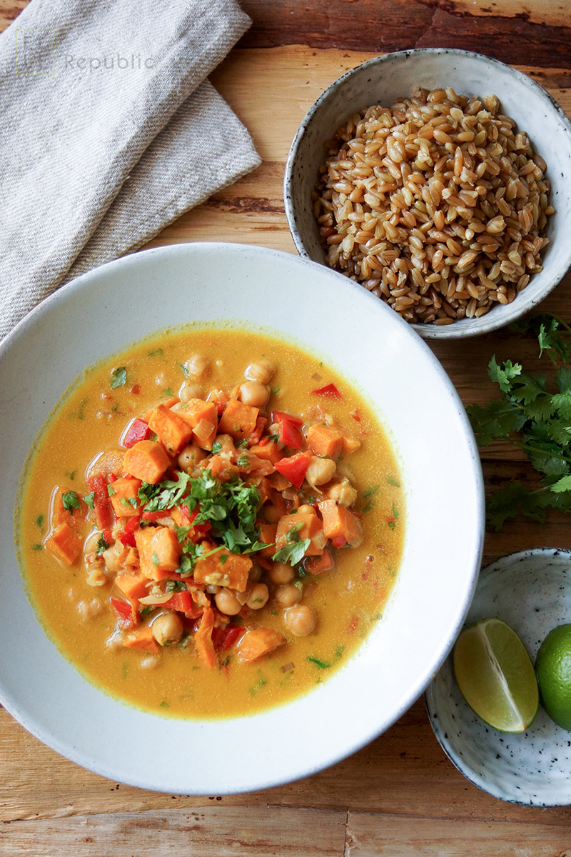 Kichererbsen Chili Curry mit Suesskartoffel, Kurkuma, Tahini, Tomate, Paprika, vegetarisch