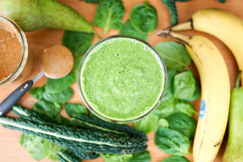 Grüner Smoothie mit Spinat, Banane, Mandelmuss