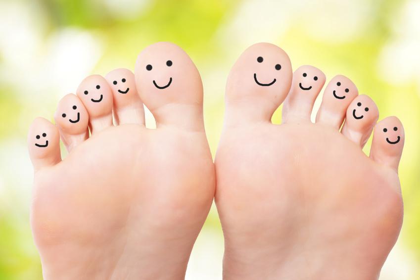 Füße mit lachenden Gesichtern für Detox Fusspflaster