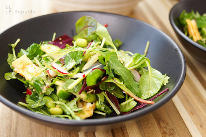 Asiatischer Salat mit Edamame, Rucola, Feldsalat, Radieschen, Omelette