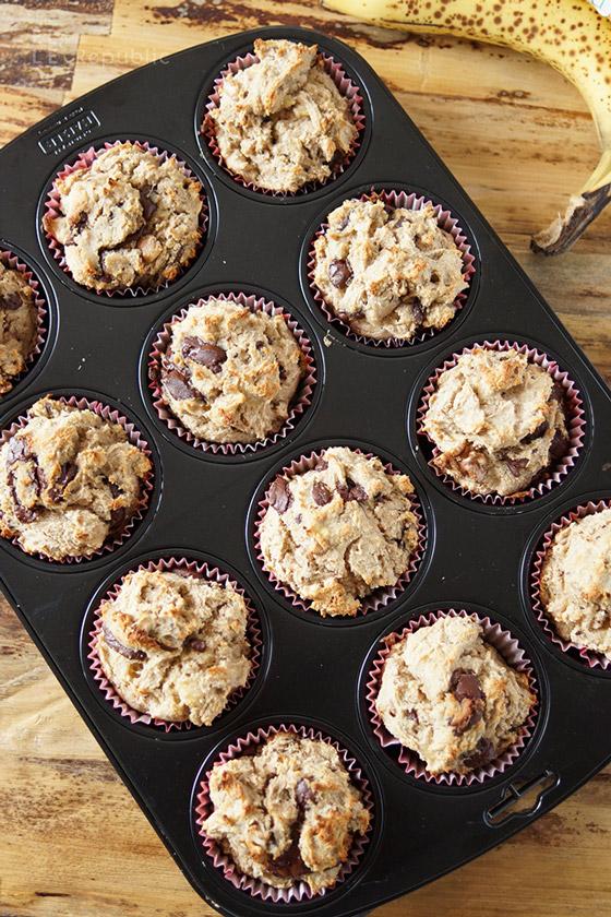 Teig in Muffin Backform für Schoko-Bananen-Muffins (glutenfrei)