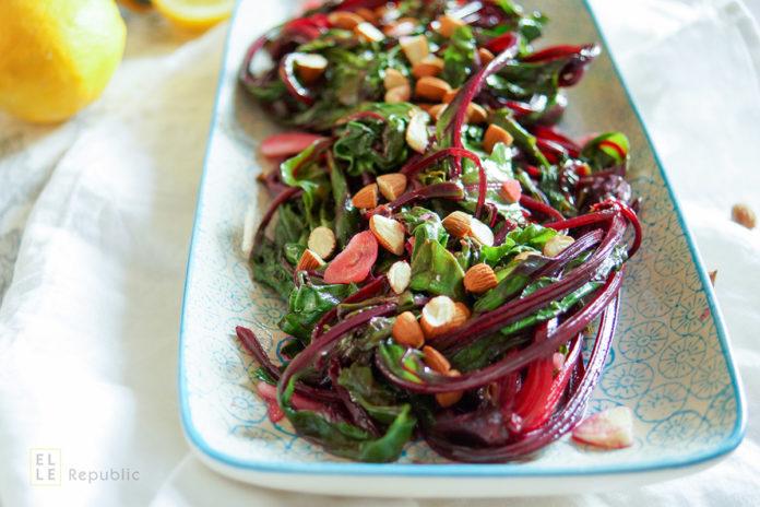 Rote Bete Blätter gedünstet mit Zitrone, Knoblauch und Mandeln, vegetarisch