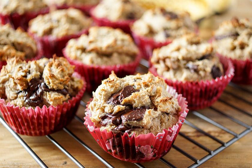 Schoko-Bananen-Muffins (glutenfrei) auf Rost zum Abkühlen