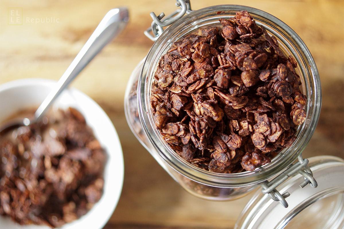 Schokoladen Granola mit Ahornsirup, Kokosöl, dunkler Schokolade, roher Kakao