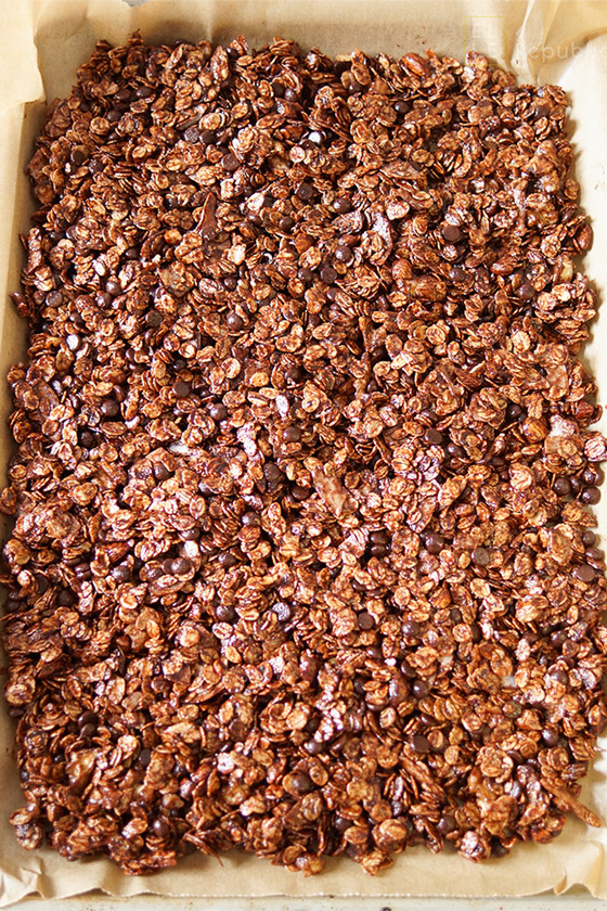 Schokoladen Granola vor dem Backen mit Mandeln, Walnuss, Ahornsirup, Kokosflocken, Kokosöl