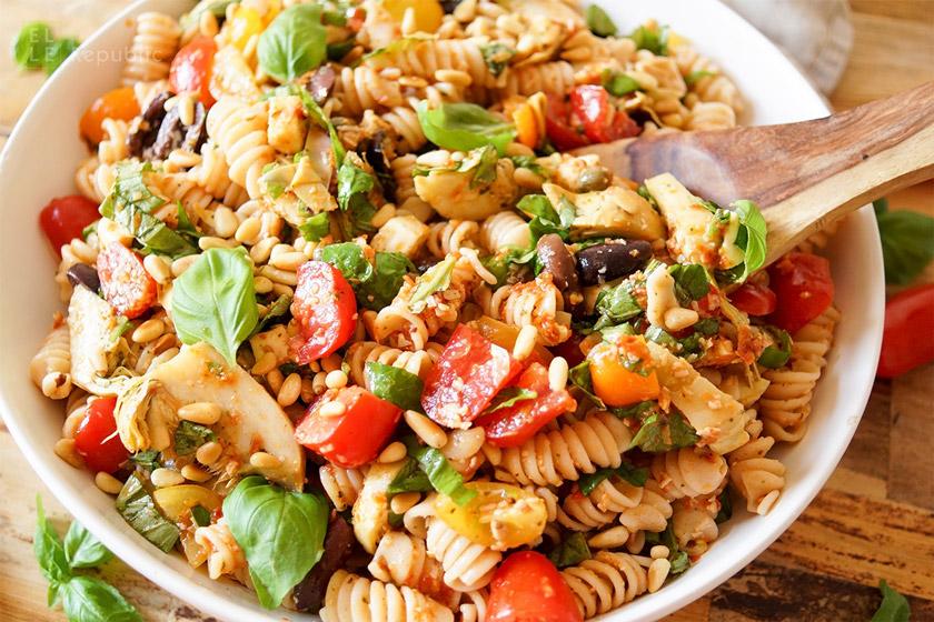 Caprese Nudelsalat mit Antipasti, Artischocken, Oliven, Mozarella, Tomaten, Basilikum