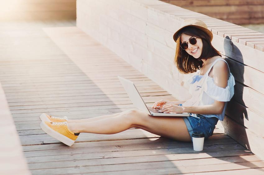Gesund essen trotz Stress, Mädchen mit Laptop