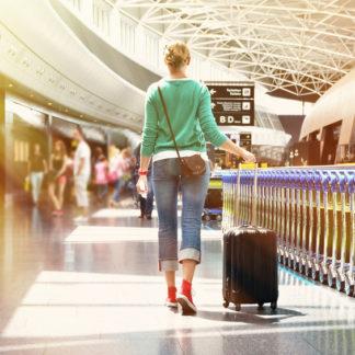 Frau am Flughafen, Reisetipps für entspanntes Reisen
