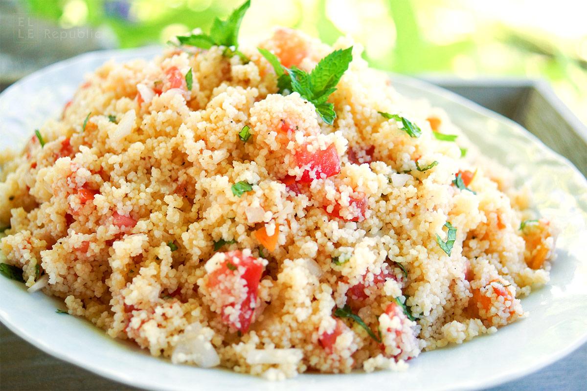 Aprikosen-Couscous-Salat: Gesunde Rezept mit Tomaten, frischen Kräutern und Zitrone.
