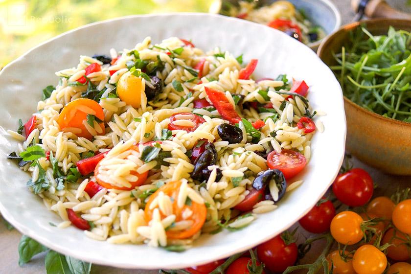 Cherry-Tomaten-Nudelsalat mit Paprika und Oliven Rezept mit Orzo Reisnudeln