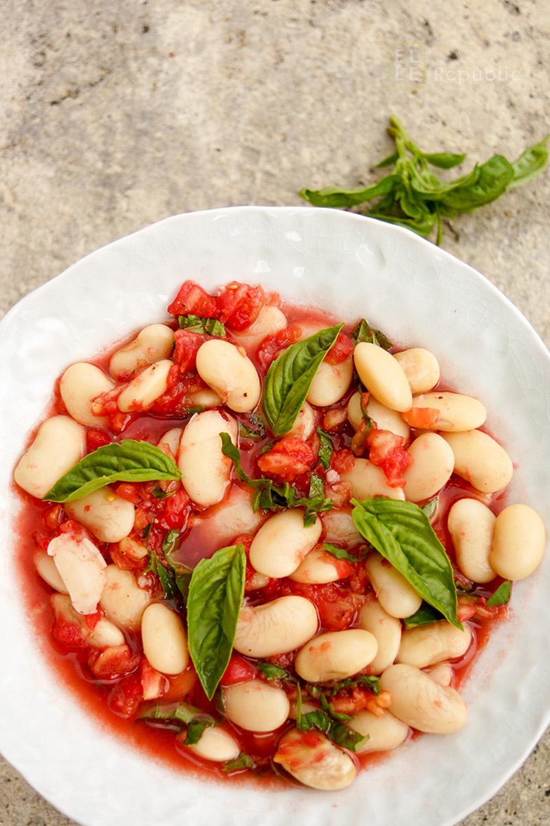 Ein einfaches, gesundes Rezept für Riesenbohnen mit frischer Tomatensoße für Vegetarier, Veganer Ernährung geeignet. Rohe Tomatensoße mit frischem Basilikum