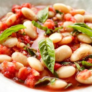 Rezept für Riesenbohnen mit frischer Tomatensoße und Basilikum, Knoblauch, Zitrone, vegetarish