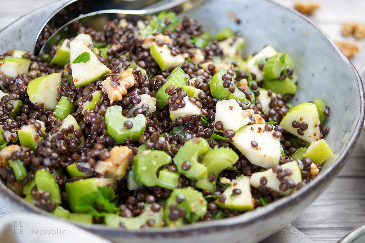 Einfaches Rezept für Apfel-Sellerie-Linsen-Salat. Schnell gemacht, gesund, lecker und sättigend mit Walnuss, Petersilie und einem Zitronensaft-Dressing.