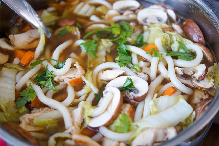 Rezept für asiatische Hühnersuppe mit gebratene Hühnerbrüste, Champignons, Chinakohl, Karotten und super leckere Udon-Nudeln in einer Knoblaucher-Ingwer-Brühe mit asiatischen Aromen.