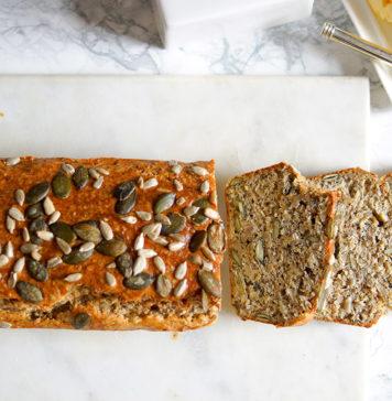 Glutenfreies Körnerbrot Rezept mit Brotgewürz, gemahlene Mandeln, Chiasamen, Kürbiskerne, Sonnenblumenkerne, Sesamsamen und Quark