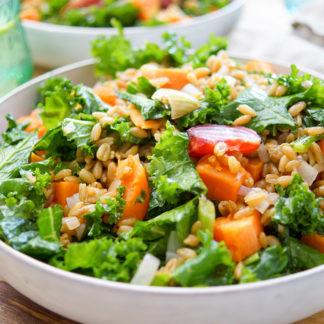 Rezept für Grünkohlsalat mit geröstete Rote Bete und Süßkartoffel. Dazu Grünkern und ein Zitronendressing. Super gesund, lecker und einfach.