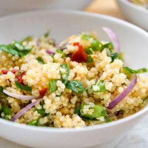 Rezept für mediterraner Quinoa-Salat mit sonnengetrockneten Tomaten, Kapern und Pinienkernen. glutenfreies, vegetarisches.