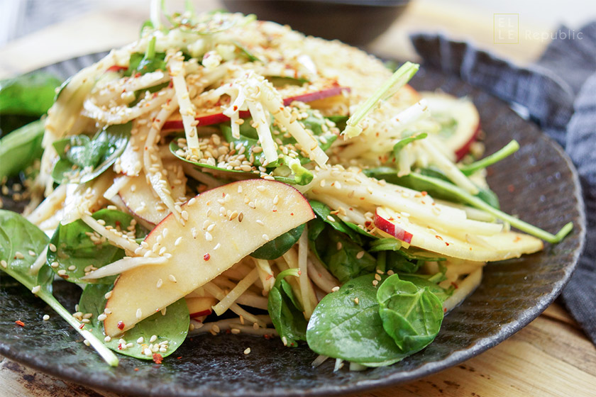 Ein asiatischer Kohlrabi-Apfel-Salat Rezept mit Miso-Dressing. Dazu junger Spinat und Sesamkörner. Ottolenghi