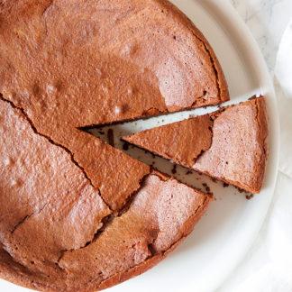 Dieses Schokoladensoufflé Rezept ist sensationell. Viel Butter, etwas Kokosöl, sehr viel dunkle Schokolade, ein Hauch von Karamel vom Mascobado-Zucker, eine Prise Vanille und natürlich ausreichend Eier, damit der Schokoladenkuchen auch seine perfekt Konsistenz und das richtige Volumen bekommt. So ein Schokoladensoufflé ist natürlich nicht frei von Sünde, doch wenn es so gut schmeckt, steht der Genuss im Vordergrund.