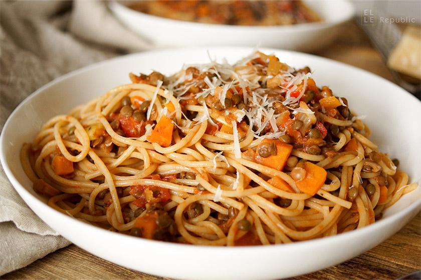 Vegetarische Puy Linsen-Bolognese mit Gemüse, einfache gesunde Rezept