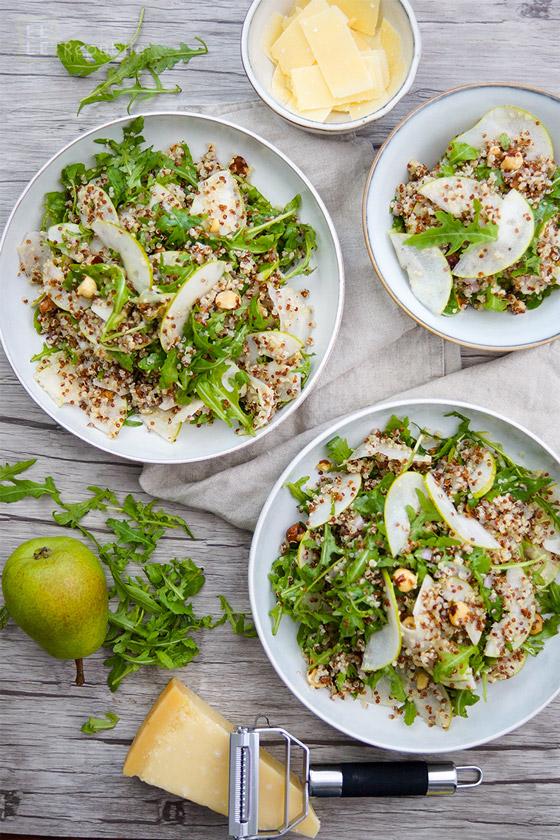 Birnen Quinoa Salat mit Rucola und gerösteten Haselnüssen