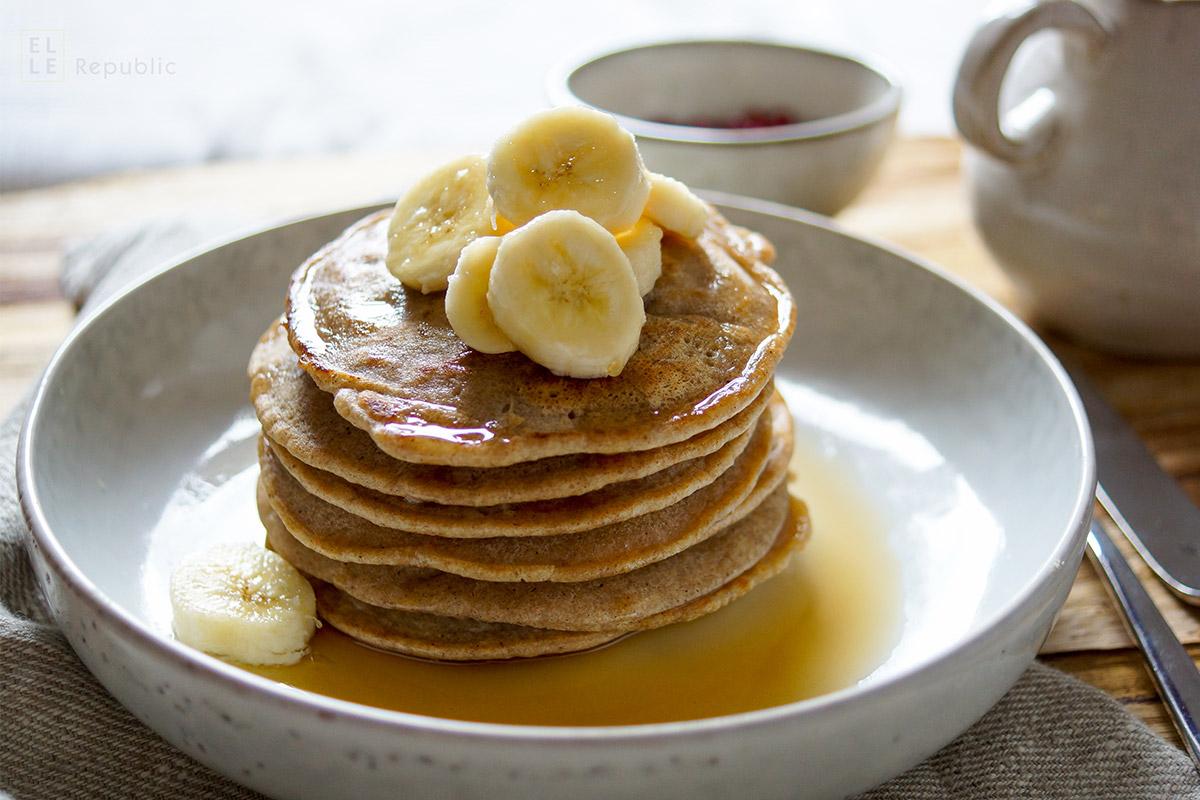 Glutenfreie Buchweizen Pfannkuchen (Pancakes) mit Kokosgeschmack und Bananen. Einfache Rezept!
