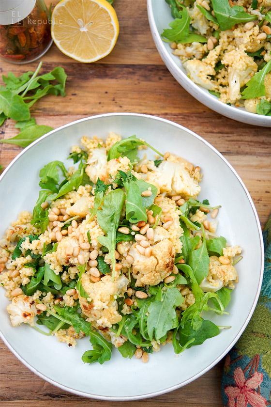 Gerösteter Blumenkohl mit Kreuzkümmel, Zitronensaft, Hirse und Rucola. Vegan, Glutenfrei Rezept