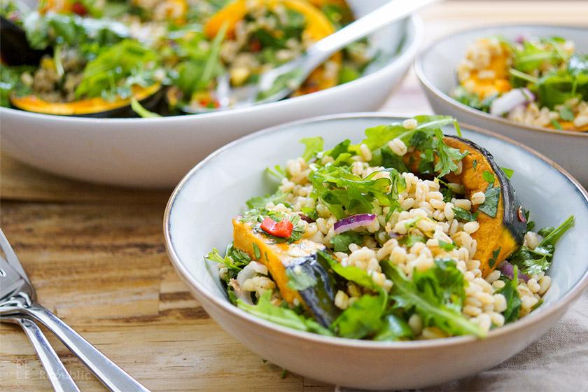 Rezept, Gerstensalat mit geröstetem Kürbis und Zitronen-Kreuzkümmel-Koriander-Dressing mit Rucola, Koriander und Petersilie