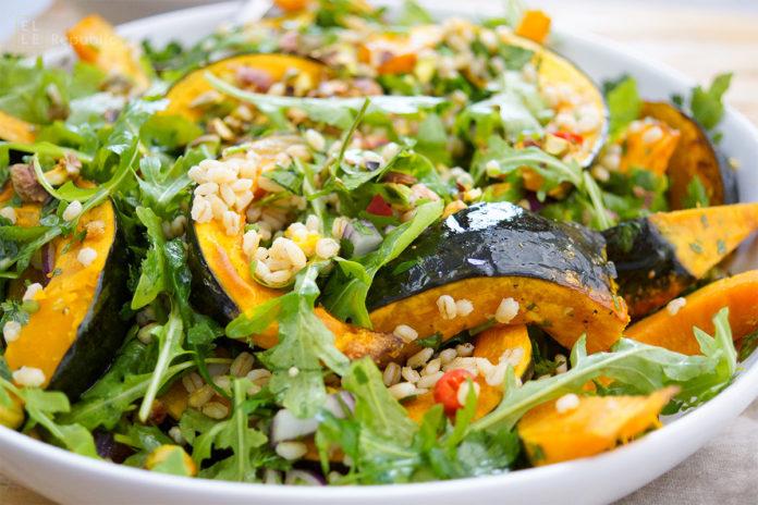 Gerstensalat mit gerösteten Kürbis und Zitronen-Kreuzkümmel-Koriander-Dressing mit Rucola, Koriander, Petersilie Rezept