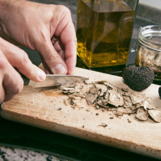 Trüffel schneiden mit Trüffelöl