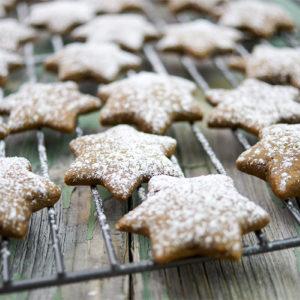 Lebkuchensterne Rezept mit Melasse, Zimt, Ingwer, Nelken zur Weihnachtsbäckerei,