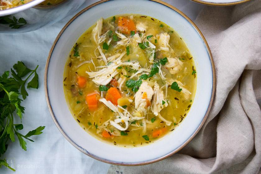 Hühnersuppe mit Kartoffeln Rezept. Dazu geräucherter Speck, Sellerie und Möhren.