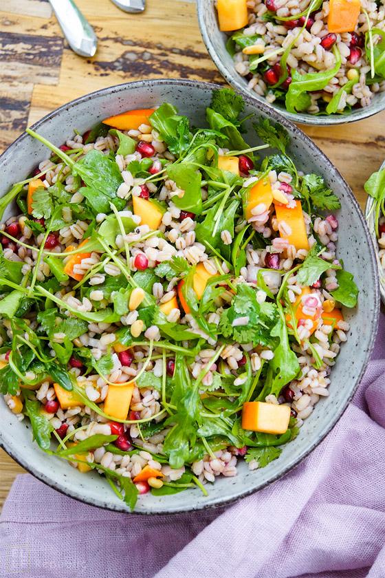 Gerstensalat mit Kaki (Persimon), Granatapfelkernen und Pinienkernen, Vegetarisch, Vegan