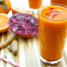 Super C Smoothie mit Kaki und Zitrusfrüchten. Ein gesunder Drink voller Vitamin C und Antioxidantien. Das liefern Zutaten wie Grapefruit, Blutorange, Zitrone, Granatapfel, Kaki und Kurkuma. Der Smoothie schmeckt süß und erfrischt auf der Stelle. Ich empfehle ihn auch vor dem Sport und als Detox-Drink.