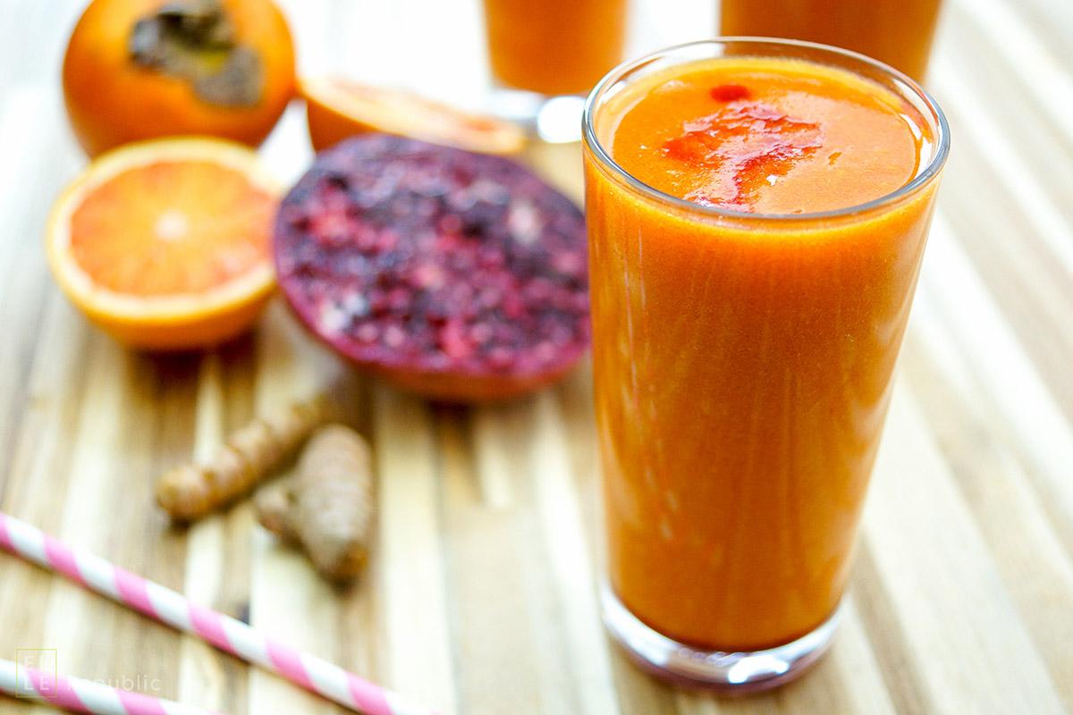 Smoothie mit Kaki und Zitrusfrüchten Gesunder Drink voller Vitamin C und Antioxidantien. Das liefern Zutaten wie Grapefruit, Blutorange, Zitrone, Granatapfel, Kaki und Kurkuma.
