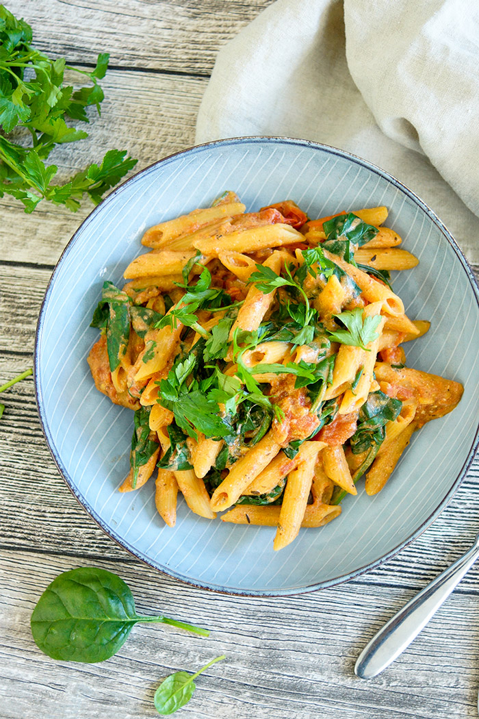 Eine One Pot vegane Pasta mit cremiger Tomatensoße. Gesunde Low-Fat Rezept