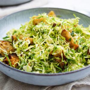 Rosenkohl Ceasar Salat mit Ciabatta-Kräuter-Croûtons