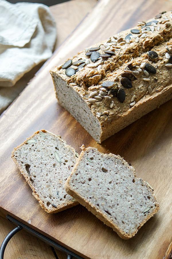 veganes und glutenfreies Brot Rezept, aktiviertes Buchweizenbrot mit Kichererbsenmehl und Vollkorn.