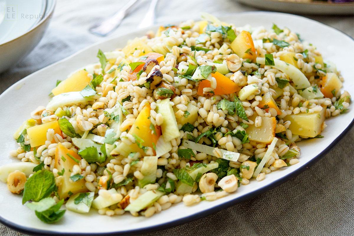 veganes Rezept für Gelbe Bete Salat mit Gerste, Fenchel, Haselnüssen und Kräuter